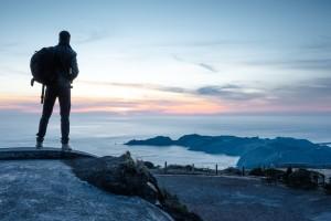 baroudeur regardant le coucher de soleil